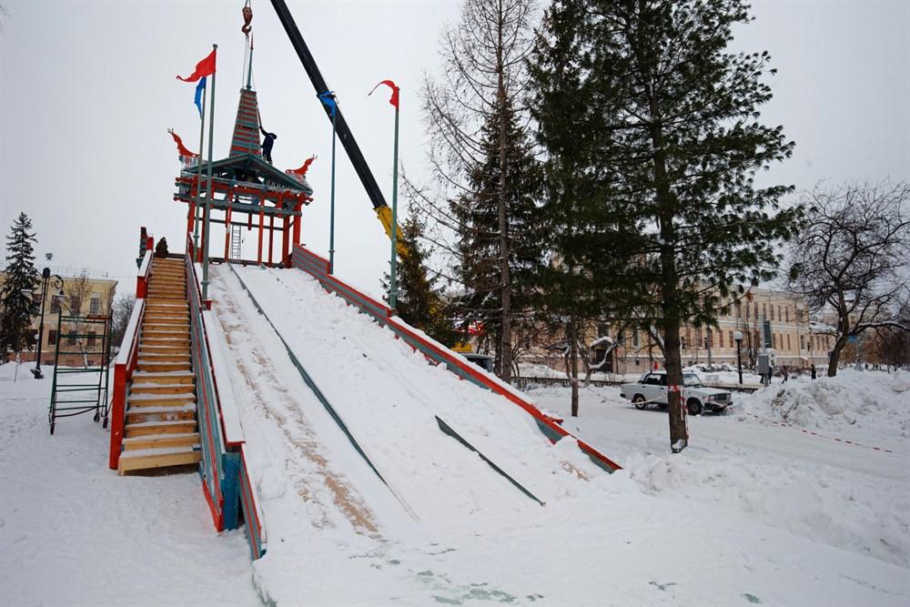 Этой зимой на Новособорной опять будут установлены две горки – большая деревянная и маленькая ледовая. Завершить монтаж планируется к 30 ноября.