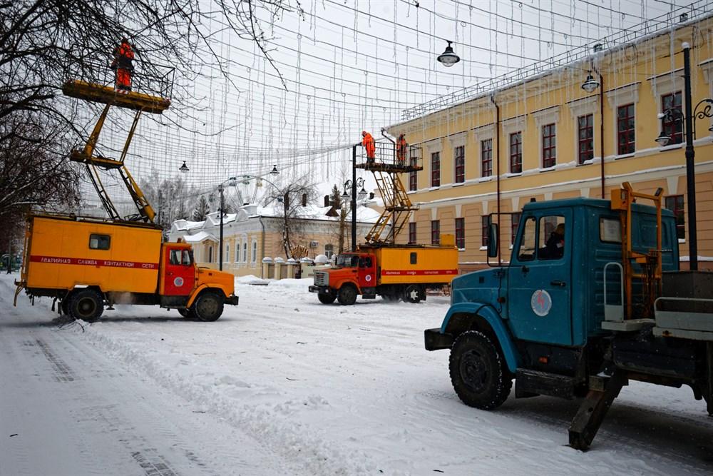 Как и в прошлом году, рядом с площадью – в переулке Томском – будет залит каток. Сейчас здесь идет монтаж праздничной иллюминации.