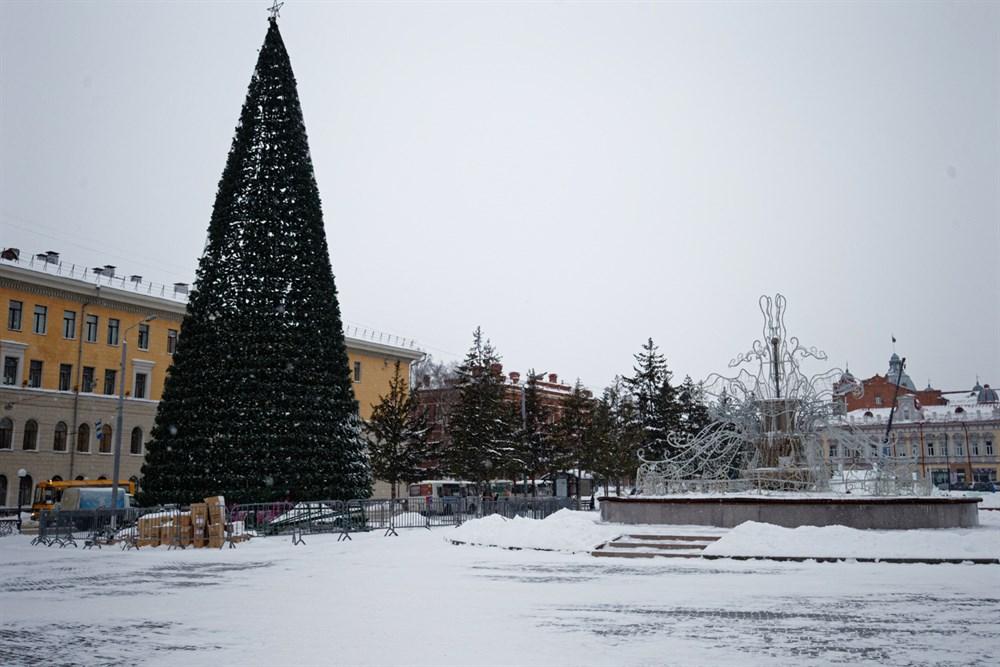 Новогодняя площадка на Новособорной площади в Томске откроется в середине декабря. Сейчас здесь кипит работа: специалисты монтируют различные конструкции и иллюминацию. Как Новособорная примеряет праздничное убранство – в фотоленте РИА Томск.