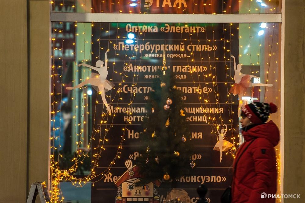 Еще не все большие новогодние ели и ледовые городки установлены в Томске, не зажглась иллюминация. Однако атмосфера праздника уже окутала наш городок – прокралась на витрины магазинов и кафе, в маленькие скверы. Фотографы РИА Томск делятся новогодним настроением.