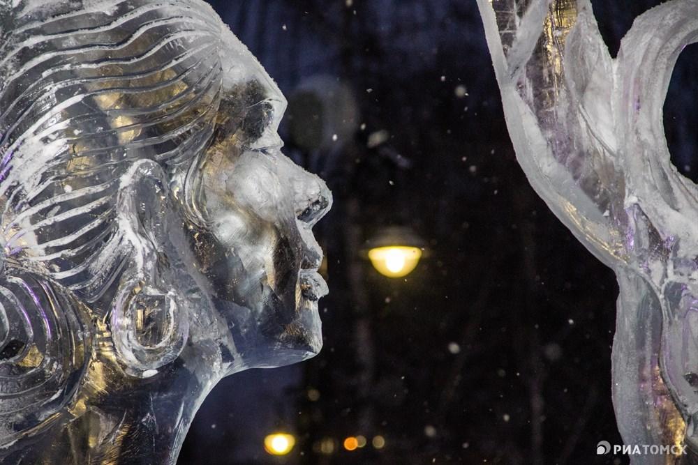 Из более 500 тонн льда создаются чудесные ледовые скульптуры.