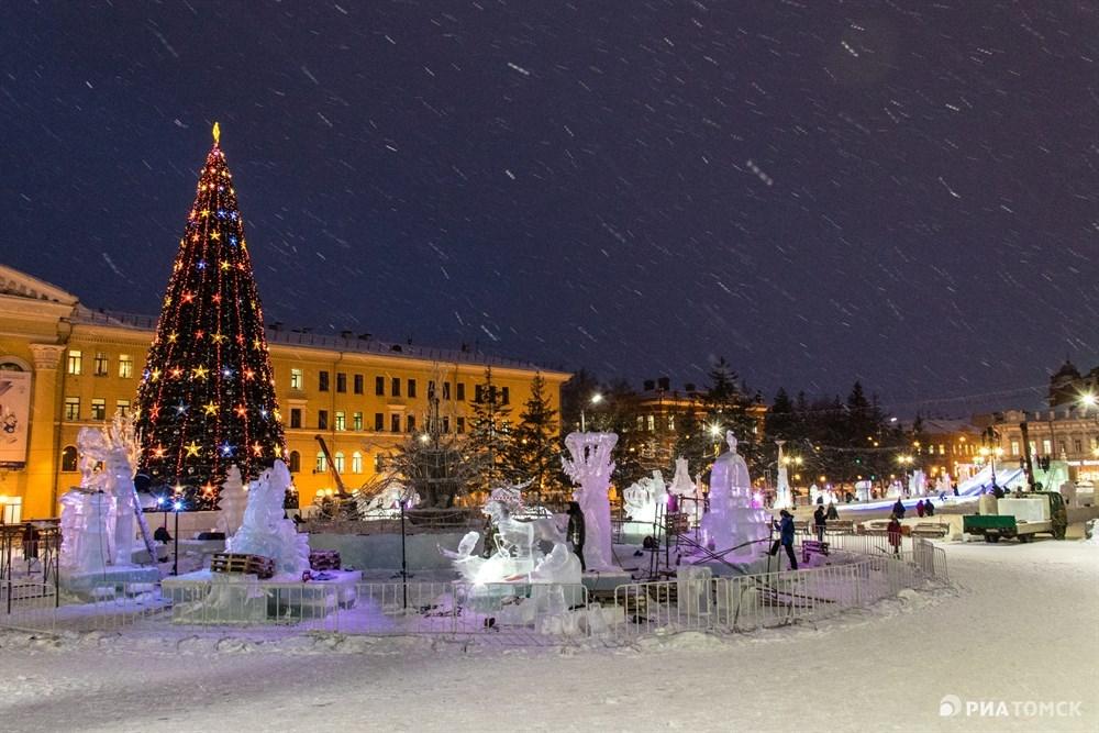 В декабре участники представляют свои работы на конкурс, после чего ледовые скульптуры остаются на Новособорной до конца зимы.