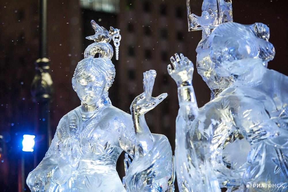 Гран-при конкурса выиграла команда Ледяные скульпторы (в нее входят томич Константин Закомолдин и Чаншуй Юэ из китайского города Цзилинь) с работой Развлечение барышень с попугаями.