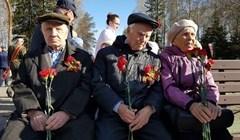 Томские ветераны возложили цветы к мемориалу в Лагерном саду. Фото