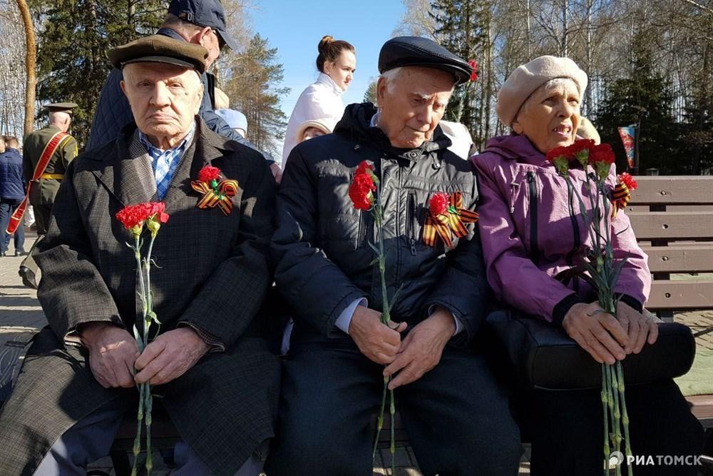 Ветераны и представители власти возложили цветы к Мемориалу боевой и трудовой славы томичей в Лагерном саду Томска в День Победы.