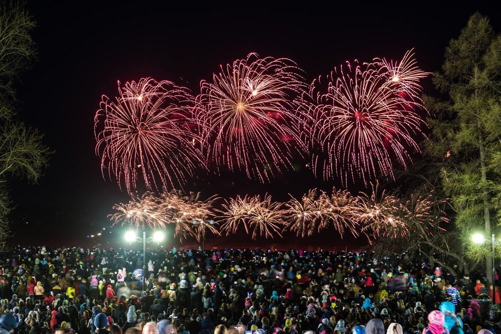 Огни фейерверка раскрасили небо над Томском в День Победы. За праздничным зрелищем наблюдала фотокорреспондент РИА Томск.