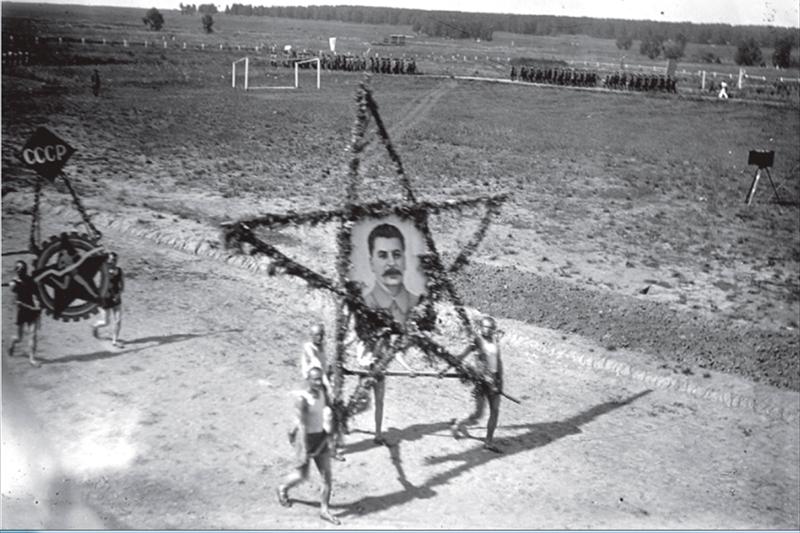 В сентябре 1939 года в Томске была сформирована 166-я кадровая стрелковая дивизия под командованием полковника Алексея Холзинева, участника Гражданской войны. 22 июня 1941 года дивизия находилась в летних лагерях под Юргой. 26 июня это воинское соединение первым ушло на фронт со станции Томск-II.