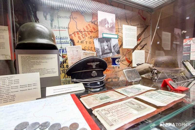 Экспозиция начинается с рассказа о фашистской Германии. На витринах представлены трофейные предметы: деньги, награды и техника. Кроме того, там выставлены копии планов нападения на Советский Союз.
