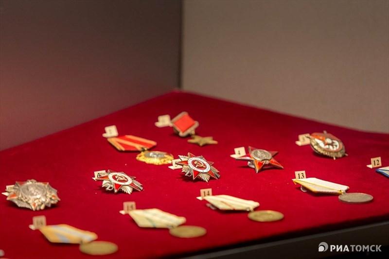 На выставке также представлены награды военного времени, а также юбилейные медали.