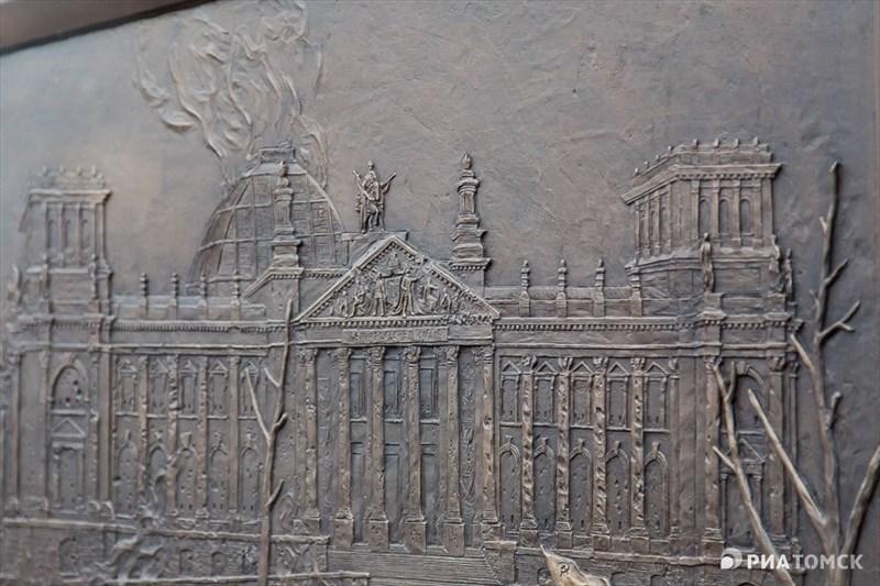 На постаменте вырезаны барельефы сцен водружения знамени Победы над Рейхстагом. Стоимость проекта – более 10 миллионов рублей. Источник финансирования – областной бюджет.