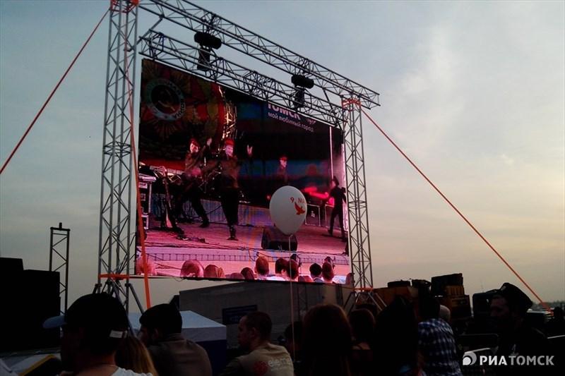 Фейерверк начался сразу после завершения концерта звезд российской эстрады на нижней террасе Лагерного сада.