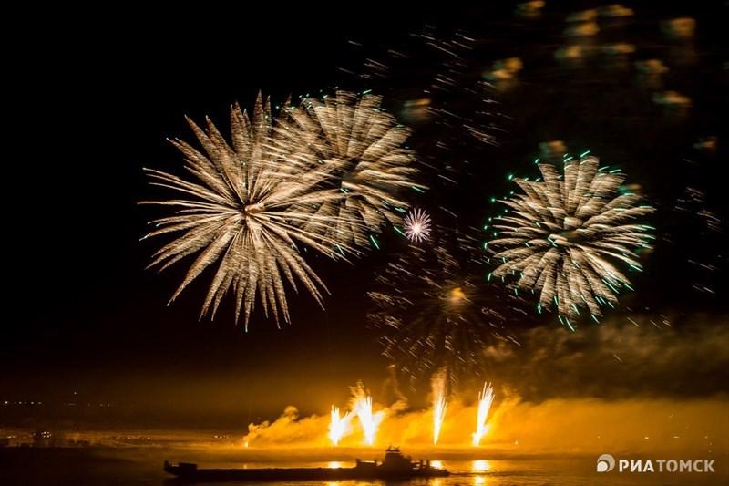 Празднование 9 Мая в Томске традиционно завершилось салютом, который запускали с левого берега Томи. В этот раз фейерверк для города стал рекордным – более 7000 залпов.