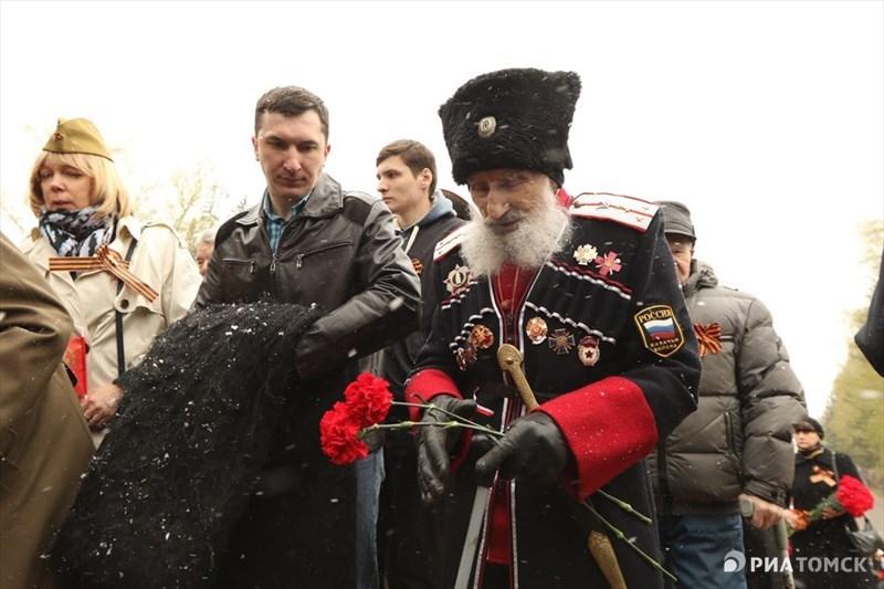 Церемония возложения цветов прошла в Лагерном саду Томска – собравшиеся почтили память погибших  минутой молчания. Ветераны прошли к Вечному огню, чтобы возложить цветы. В церемонии также приняли участие представители власти и общественности.
