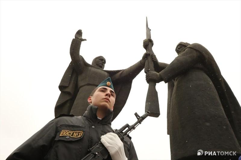 В эти дни воспитанники Поста №1 несут традиционную вахту у мемориала. Кстати, Пост №1 работает в Томске с 1979 года и входит в десятку лучших Постов России.