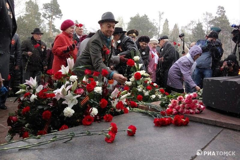 Затем началась церемония возложения цветов к Вечному огню.