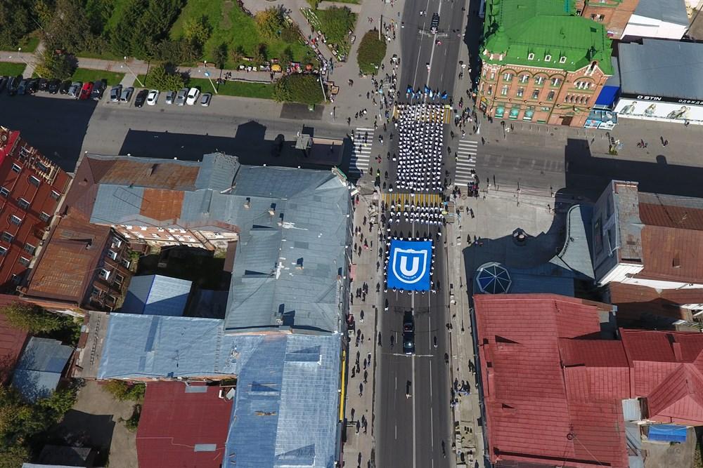 По данным мэрии, в шествии приняли участие около 1,5 тысячи человек.