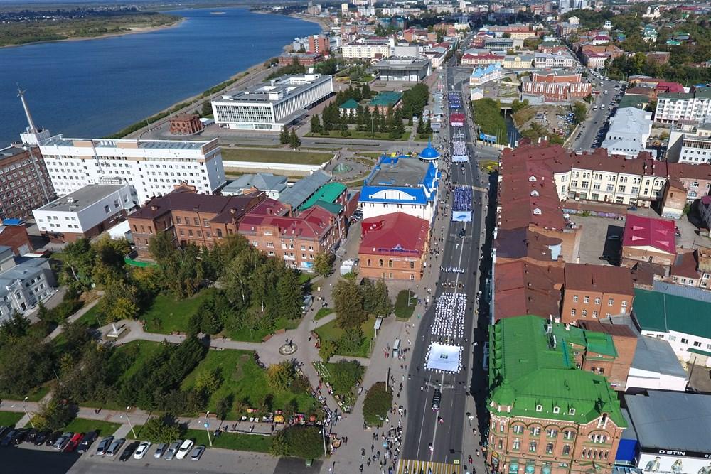Почти 1,5 тысячи студентов томских университетов прошли в субботу по проспекту Ленина. Парад университетов стал одним из первых мероприятий Дня томича, который в этом году отмечается третий раз. Как это было – в фотоленте РИА Томск.