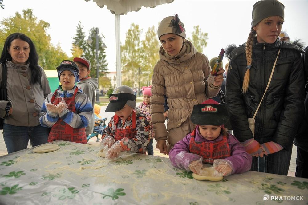 На празднике каждый малыш мог примерить на себя разные профессии. Например, пройти мастер-классы по изготовлению пиццы...