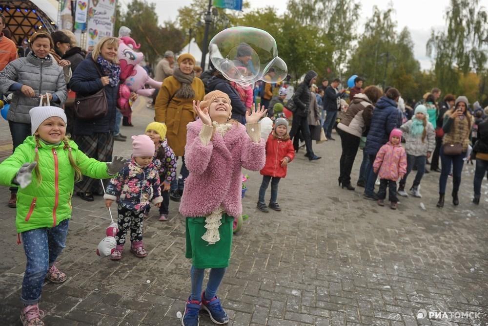 Вся площадь Новособорная превратилась в огромную игровую площадку для детей. Играть можно было везде и как угодно. Шоу огромных мыльных пузырей приводило в восторг и детей, и взрослых.