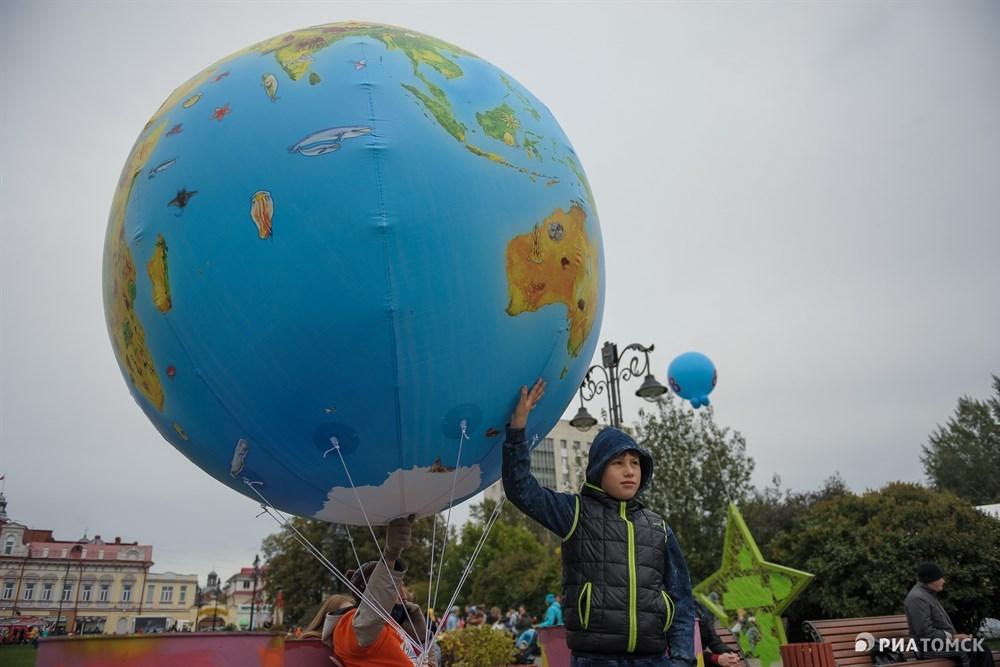 Закончится День маленького томича в 18.00 запуском огромного воздушного шара-экопланеты.