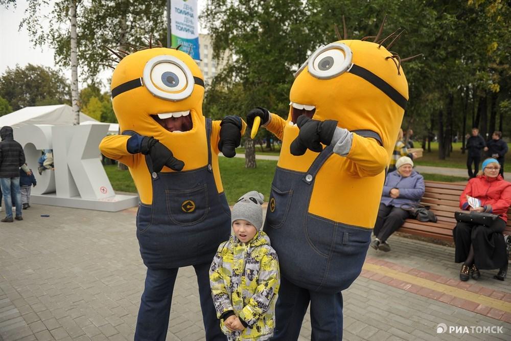Вся площадь в этот день превратилась в массовое скопление огромных героев мультфильмов. Больший интерес представляли пара миньонов, однако поговорить с ними нам не удалось... В ответ слышно было лишь:Banana!