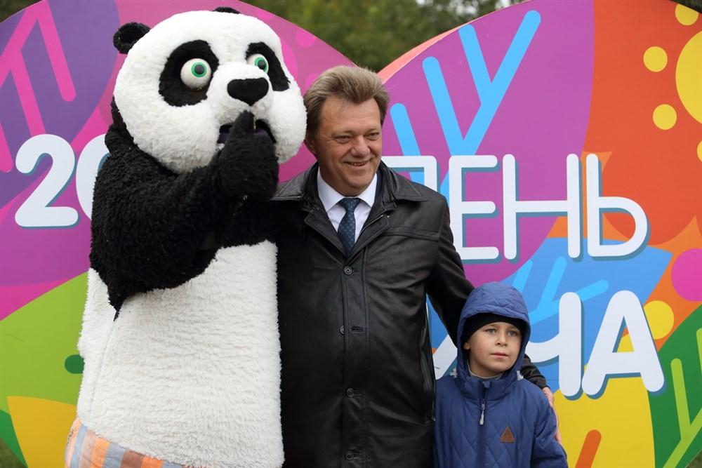 Открывая праздник, мэр Томска Иван Кляйн поздравил ребятишек и пожелал им отличных отметок в школе.