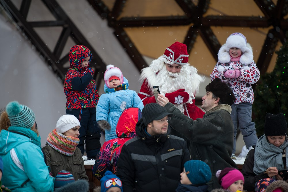 Старт новогодним мероприятиям на Новособорной дал праздник С Днем рождения, Дедушка Мороз!. Дети и их родители прошли новогодний квест и устроили танцевальный флешмоб.
