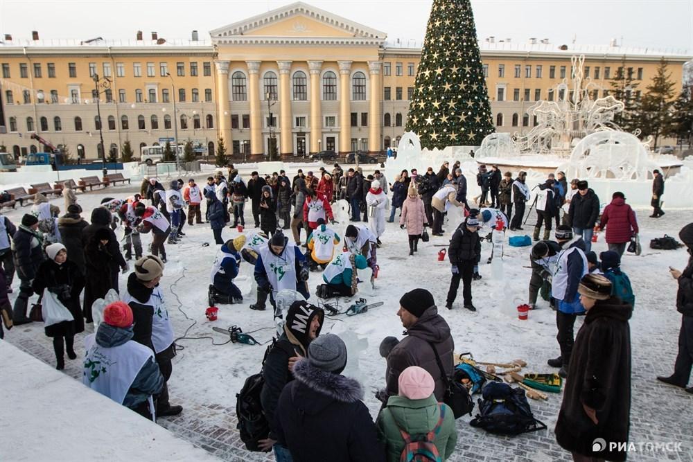 В понедельник в рамках фестиваля прошел блиц-турнир – участники вырезали из ледяных блоков мини-скульптуры. На создание работ им было выделено всего 30 минут.