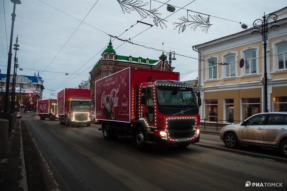 Рождественский караван Coca-Cola прибыл в Томск в воскресенье. Акция давно стала благотворительной, а не рекламной, поэтому в красных фургонах компании нет коробок с известным напитком. Что возит Санта Клаус в сказочных грузовичках – в фотоленте РИА Томск.