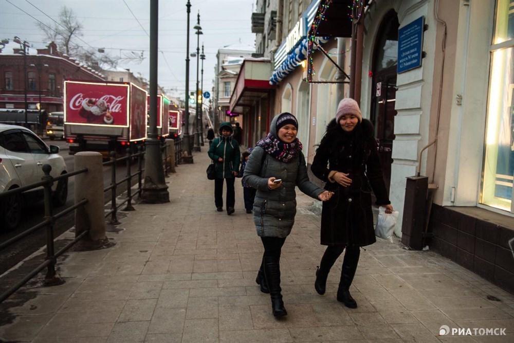Волшебные красные грузовички Санты Клауса в воскресенье впервые за 17 лет существования акции Рождественский караван Coca-Cola проехались по центральным улицам Томска.