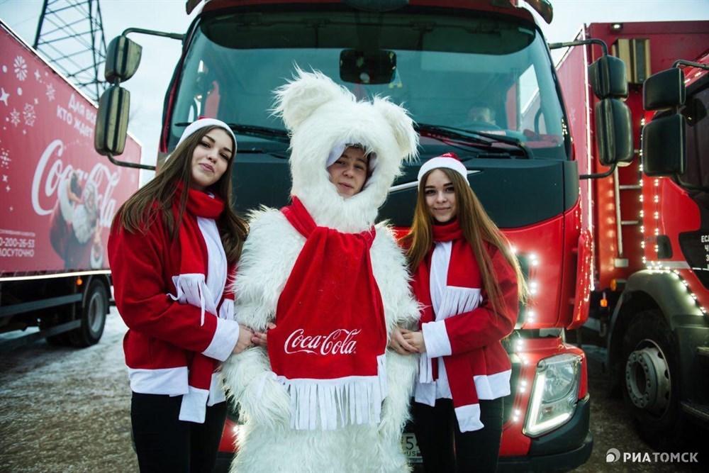Создавать новогоднее настроение грузовички с добровольцами едут, прежде всего, к нуждающемся в празднике ребятишкам. В Томске будут работать порядка 20 специально подготовленных волонтеров.