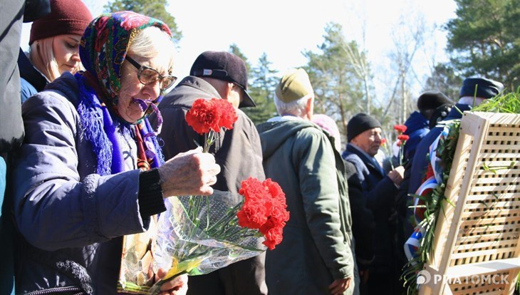 Ветераны возложили цветы к мемориалу в Лагерном саду: кадры РИА Томск