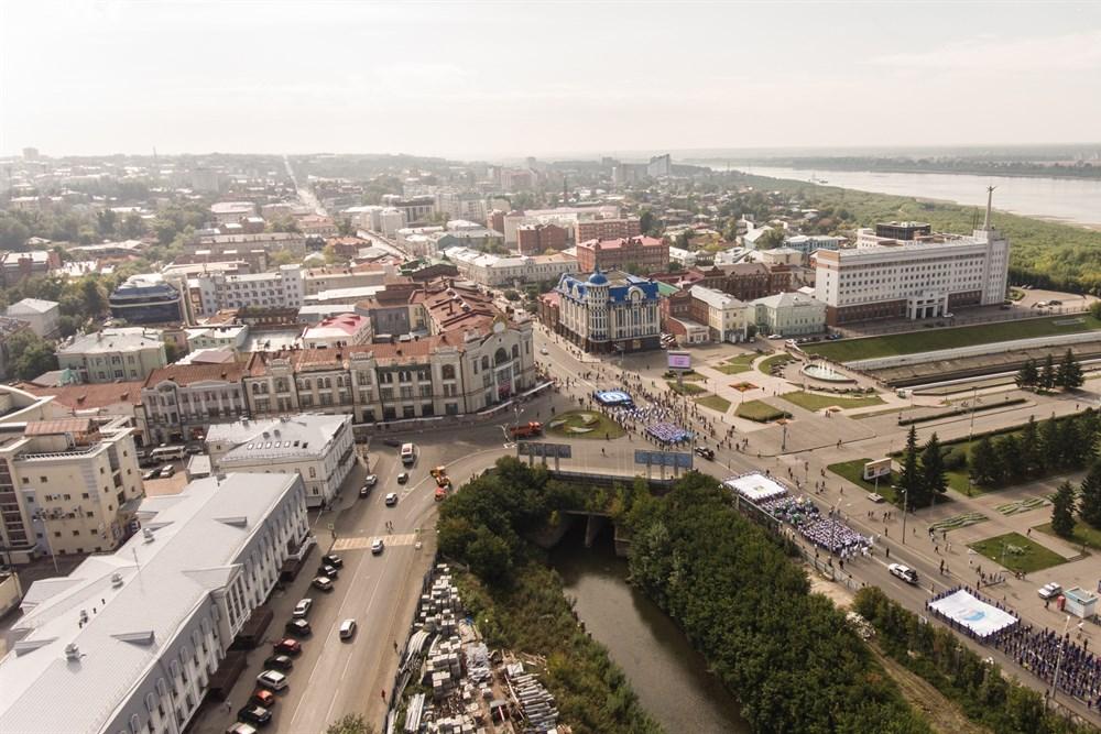 Парад университетов начался от площади Ленина и завершился на Новособорной.