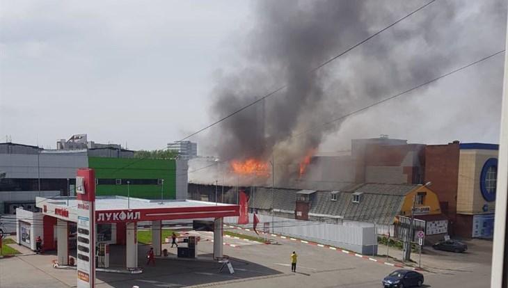 Крупный пожар произошел в ангаре в центре Томска рядом с АЗС