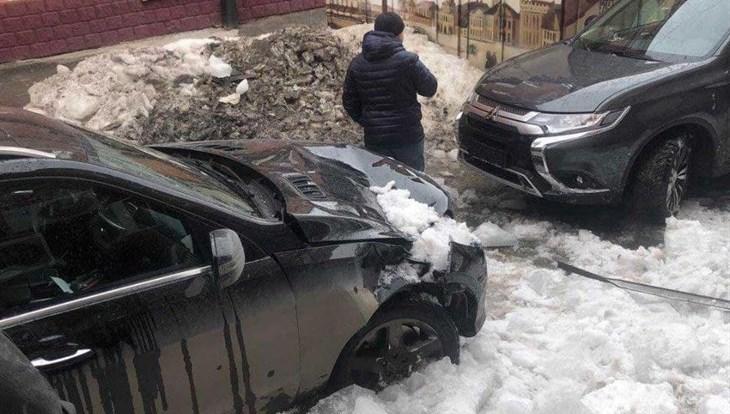Снег с крыши повредил авто и чуть не задел прохожих в центре Томска