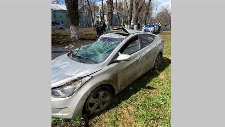 Hyundai врезался в пятиэтажку после наезда на дерево в центре Томска