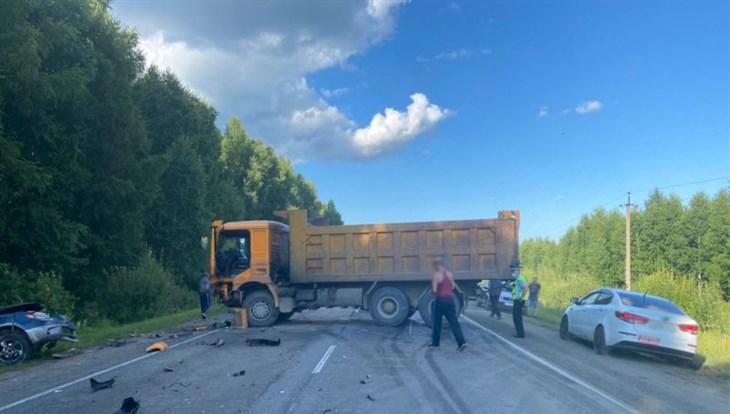Водитель иномарки погиб в ДТП на трассе под Томском, проезд затруднен