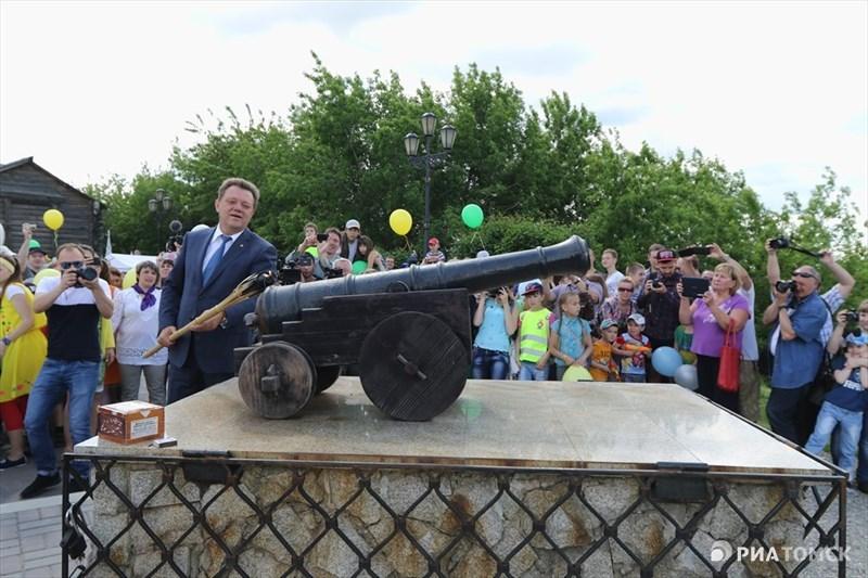 Программу праздничных мероприятий открыл мэр города Иван Кляйн. Он поздравил томичей с 412-летием Томска, выстрелив по традиции из крепостной пушки недалеко от камня основания города.