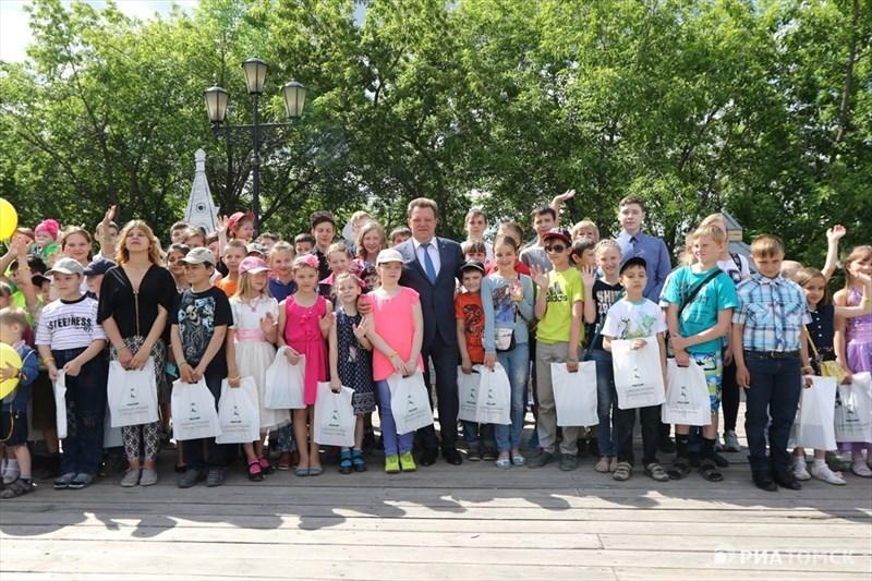 По данным организатора праздника, на Воскресенской горе собрались около 100 именинников. Все они получили памятные подарки от мэрии и сфотографировались вместе с мэром.