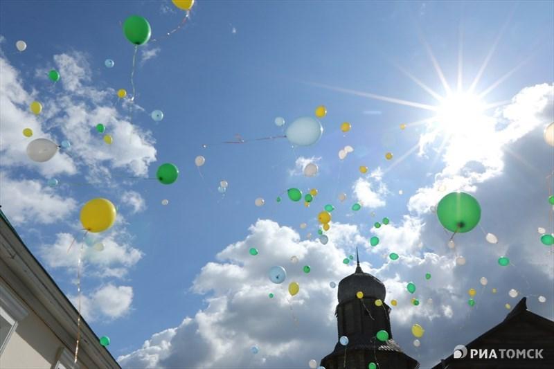 Согласно Уставу Томска, Днем города считается 7 июня. Именно в этот день в 1604 году на берегу реки Томь высадились казаки, посланные царем Борисом Годуновым для основания города по просьбе местного князя Тояна. В 2016 году Томску исполняется 412 лет.