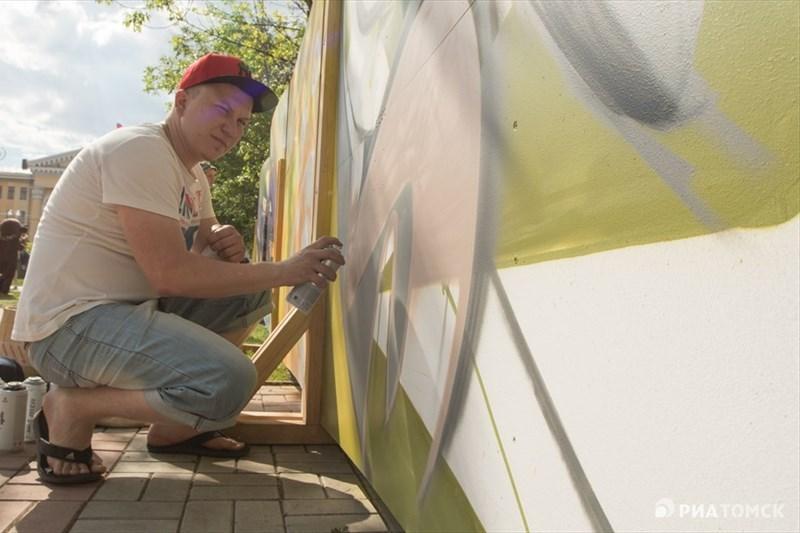 По словам одного из художников Олега Шубина, используя яркие краски, они с товарищем решили нарисовать что-то летнее В пузырях, в которых каждый увидит свое, есть что-то волшебное, – пояснил он РИА Томск.