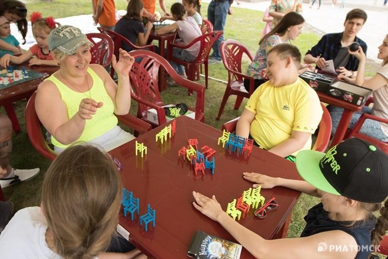 Например, семья Севастьяновых сразилась в настольной игре Mistakos с семьей Слепцовых. Победила, конечно же, дружба.