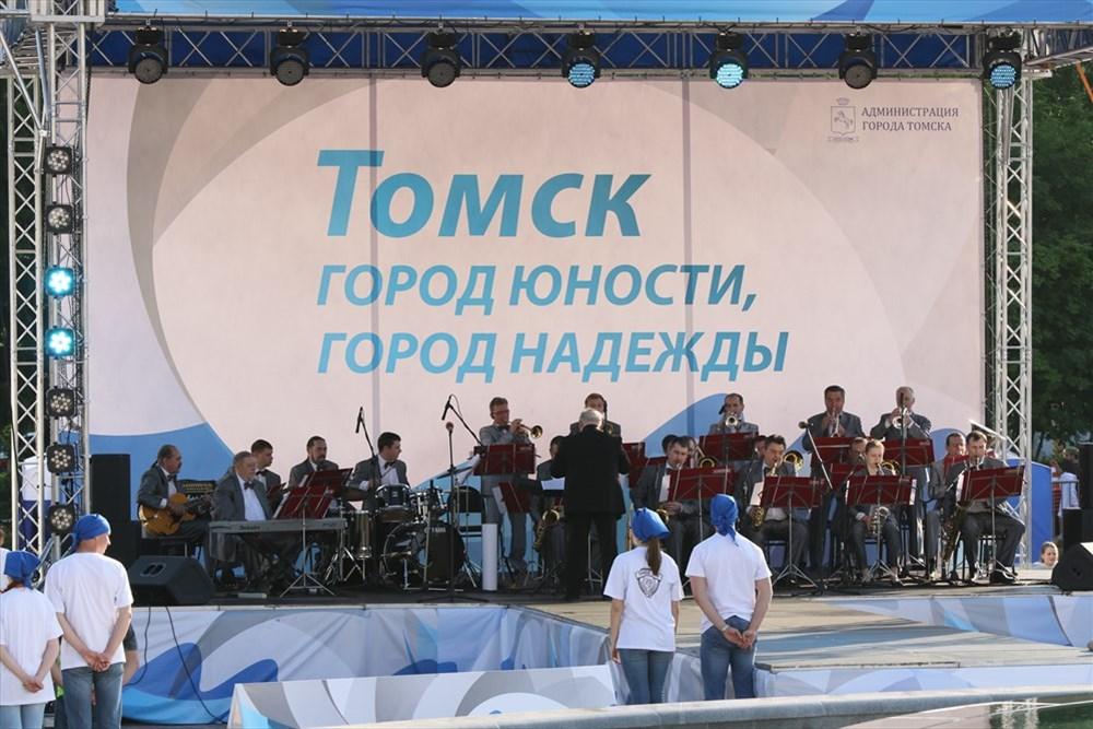 Он начался с выступления джаз-оркестра ТГУ-62.