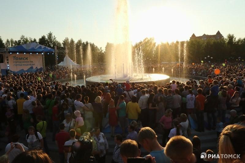 Первое светомузыкальное шоу фонтан у Томских товаров исполнил ровно в 20.30. Для тех, кто опоздал на открытие, шоу повторится в 21.30 и 22.30. Как будет работать фонтан в дальнейшем, в мэрии Томска обещали рассказать позже.