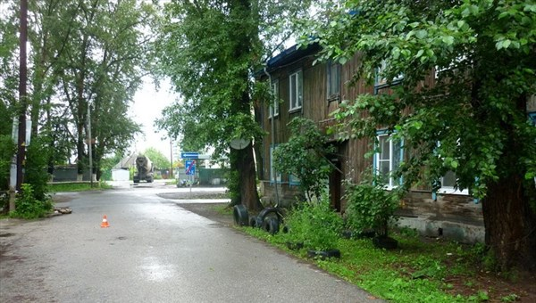Неизвестный автомобиль сбил пешехода во дворе дома в Томске и уехал