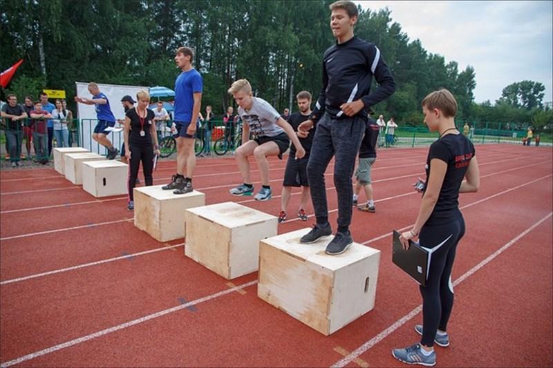 КАждый участник соревнований должен был выполнить семь упражнений: запрыгивание на ящик, становая тяга, отжимание, приседание со штангой на груди, скакалка, берпи и бег. Победителем становился тот, кто выполнил упражнения быстрее остальных.