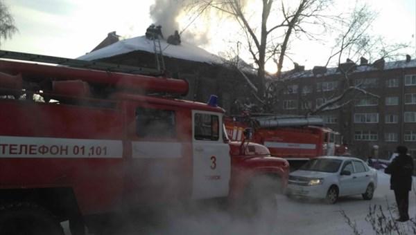 Пожарные спасли мужчину и8-летнюю девочку изгорящего дома вТомске