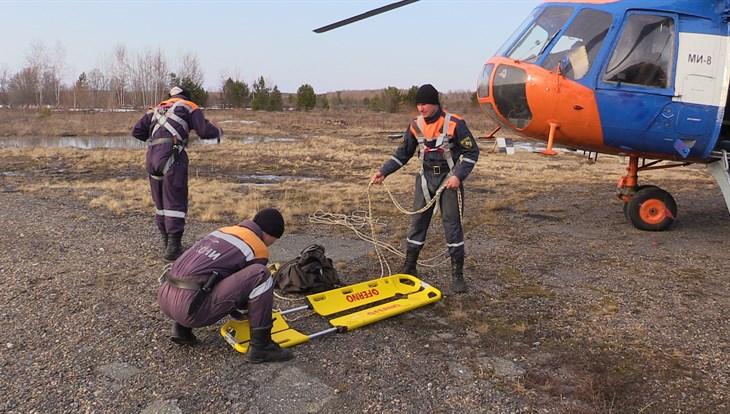 Cотрудники экстренных служб и мед. сотрудники эвакуировали мужчину изглухой тайги