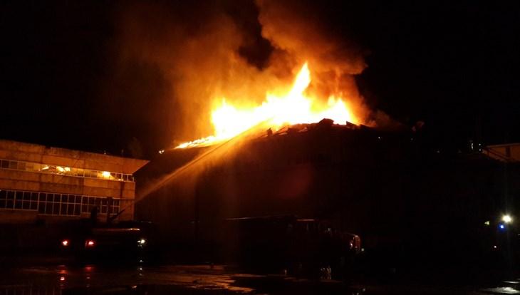 Мощный пожар уничтожил кровлю здания томской компании «Артлайф»