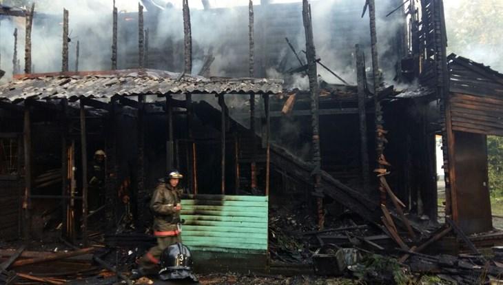 Пожарные эвакуировали 2-х человек изгорящего дома вТомске